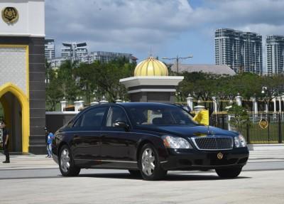 霹雳苏丹纳兹林殿下的座驾离开国家王宫。