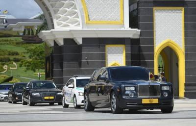 森州最高统治者端姑慕力兹殿下车队驶离国家王宫。