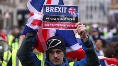 """伦敦周六有数百名穿上""""黄背心""""的示威者,在市中心游行,不满当局与欧盟磋商脱欧协议的进程,要求特丽莎梅下台。(法新社照片)"""