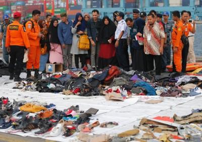 搜查救队伍打捞到老批死者遗物。