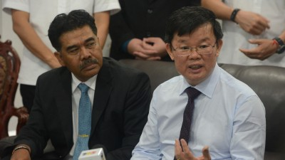 """槟首长曹观友(右)说槟州国际机场扩建与否,州政府仍在等待相关方面捎来""""好消息""""。左为槟州供水机构首席执行员拿督杰瑟尼。"""