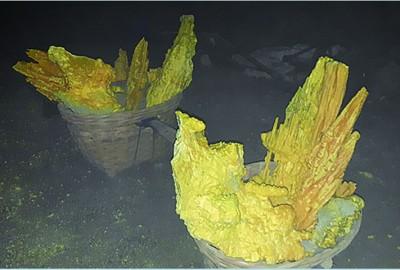 放在担子内的硫磺块,准备被抬下山。
