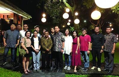 外南梦副市长宴请媒体与旅游代理团后,与部分媒体合照。右六为邢诒林。