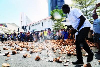 非政府组织呼吁信众减少掷椰数量,但也有人主张传统与保育并存。
