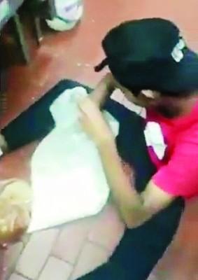 肯德基员工被拍到在地上处理食物。
