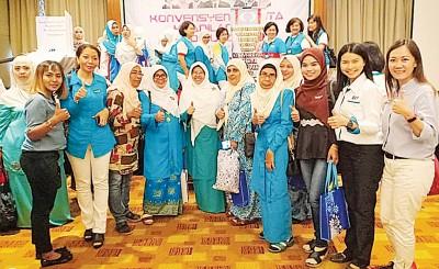 颜艾菱(右2)出席公正党妇女组北马区的大会时,与玻州公正党妇女组领导层及成员合影。