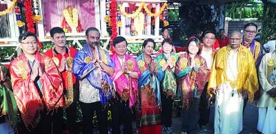 郑来兴(左起)、王耶宗、蓝卡巴、已故加巴星妻子古蜜柯、林秀琴、黄汉伟、拉玛沙米及李俊等人走访瀑布路的大宝森摊位。