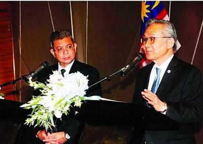 赛夫丁阿都拉(左)到访泰国,与敦巴穆威奈会面。