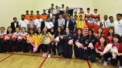 第19届亚洲青年壁球团体赛各三甲队伍合影,其中大马女队获得冠军,男队并列季军。