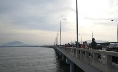 一大早大桥上吗起许多群众驻足围观。