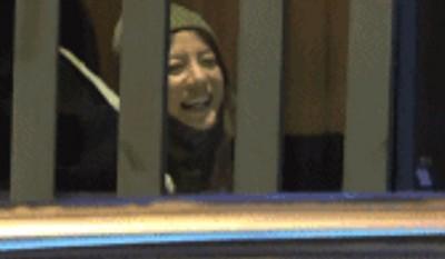 在烤肉店里,赵薇笑开怀。