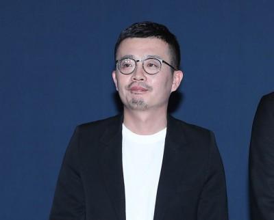 中国导演李非被拍到疑似亲吻赵薇。
