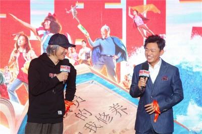 周星驰(左)和王宝强出席《新喜剧之王》记者会。