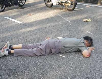 黄必德被撞飞至跌在路中央。