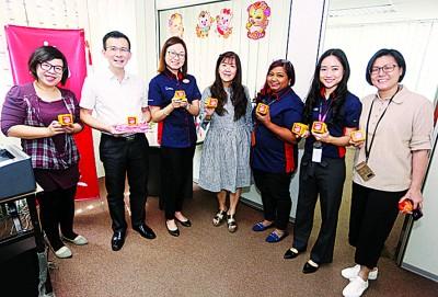 王凤仪(左3)与团队拜访本报雪隆办事处,获得吴义民(左2)和唐福文(右4)的接待。