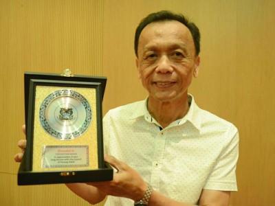 蔡宝君开心领取40年长期服务奖。
