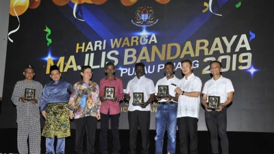 槟岛市政厅员工晚宴,图为槟首长曹观友(左3)颁发长期服务奖,右2为尤端祥及右1蔡宝君。
