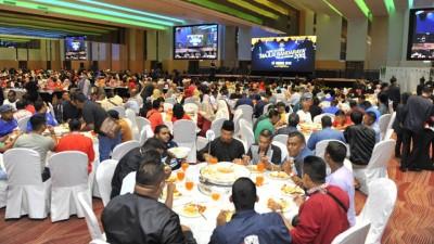 槟岛市政厅员工晚宴场面。