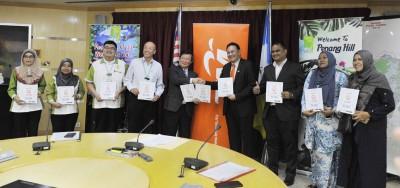 槟首长曹观友(左5)同马电讯槟城总经理李传锦(右4)于升旗山机构总经理石礼兴(左4)顶随同下,共同宣布是项计划。
