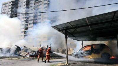 停在灾场附近的轿遭火魔吞噬,现场浓烟滚滚冒上半空。