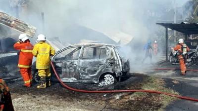 消拯员全力灭火,唯一些交通工具不幸烧成犹如废铁般。