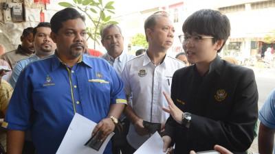 """沙鲁丁(左)、陈成吉(中)和陈慧萍一起召开记者会,宣布""""行人为王2.0""""启动。"""