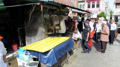 槟岛市政厅周二一早前往刣台后视察情况,给违规霸占五脚基咖啡店作出劝导。