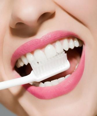 牙龈若是呈现出些微的红色,就要尽快采取清洁牙齿、提高免疫力的对策,借以降低发炎症状的程度。
