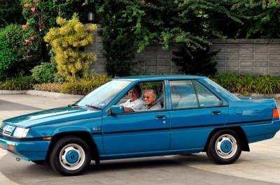 柔苏丹依布拉欣陛下驾驶第一代普腾赛佳载首相敦马哈迪从王宫到机场,引起话题。