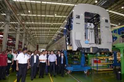 马来亚铁道公司首席执行员拉尼希山(左3起)向陆兆福介绍由马来西亚中国中车轨道交通装备有限公司制造的最新型双轨电动火车。