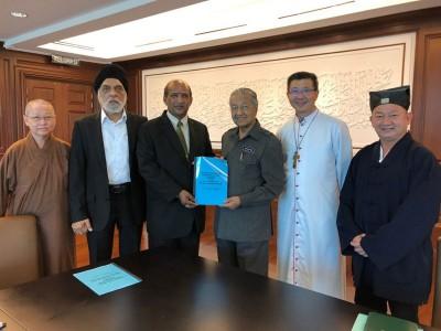 五大宗教咨询理事会代表与首相敦马哈迪医生会面,左起:胜勤法师、贾吉尔星、莫翰山;右起:陈和章及廖炳坚。