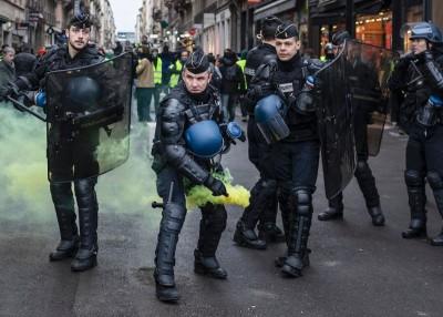 警方在里昂向示威者投掷烟雾弹。