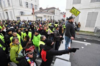 黃背心示威者呼籲人們早上7時進行提取現款行動。(法新社照片)