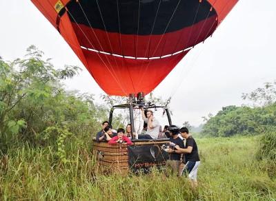 承载10名乘客的热气球降落在荒林中,导致大家进退两难。