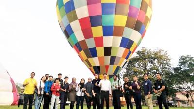 议员与媒体热气球升空飞行体验。右6起,杨顺兴及方美铼。