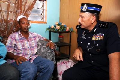米尔(右)慰问2名小死者的伯父苏伯里。
