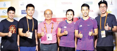 吴蔚昇(右)、陈蔚强(左2)与林钦华(左起)、赛会干事兼泰羽协副会长派山、吴柳莹和陈炳顺合影。