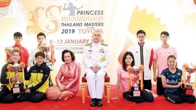 泰国大师赛各单项冠军在领奖后拍大合照,后排右起为陈炳顺、吴蔚昇、陈蔚强和原籍大马的狮城小将骆建佑;前排右起:印尼女单菲特丽雅妮,吴柳莹和主队女双普蒂塔/莎茜丽。