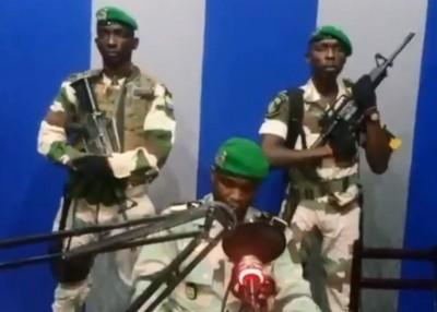 军方稍早前在电台宣读政变宣言。