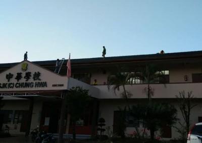 下协成员爬上学校屋顶,将洞口用铁丝网密封起来。