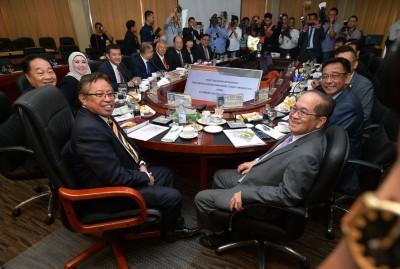 砂州首长阿邦佐哈里(前左)主持砂州咨询委员会会议。