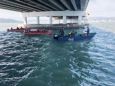 消拯队及水警在大桥一带的海域进行搜救行动。