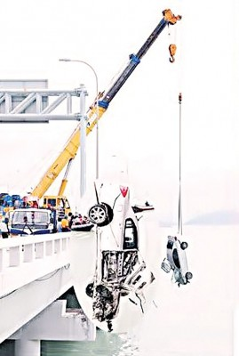 槟大桥曾于2012年11月1日发生首宗连人带车坠海事件,造成一名华裔青年丧命。