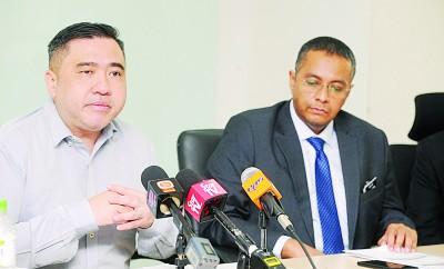 """陆兆福(左)透露,我国曾经""""相反建议""""乍国以翔实里达到机场仪表着陆系统暂缓执行缩短到3月31天。右为陆路公共交通部门(执法)副总监阿兹兰。"""