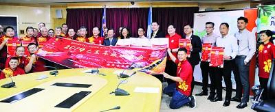 槟首长曹观友、叶谋通、蔡剑莲、周平文、江健弘和陈嘉隆与一众庙会筹委会成员一起合照。