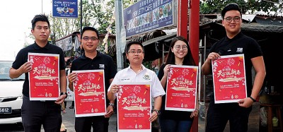 张综炜、尤祖吉、王宇航、黄金渟及林浩暐手持海报呼吁想要在周桥天公诞摆摊的小贩尽快提出申请。