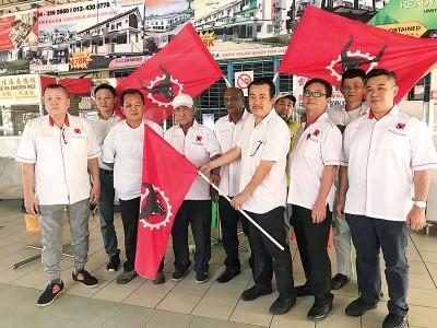 陈恩来(前面右3)用人民党旗帜移交给梁宝顺(前面左3)跟叶健来(前面左2),另外党而当随同。