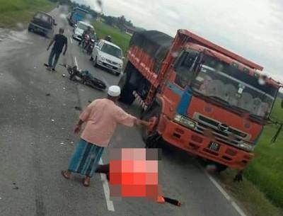 罗里与摩托车相撞现场。(照片取自脸书)