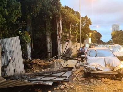 废置老屋突崩塌,石块砸毁路过的轿车。
