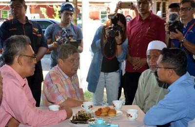 莫哈末沙布(左2)慰问莫哈末阿迪的父亲莫哈末卡欣,由拿督依士迈行政议员(左)及阿斯米鲁行政议员(右)陪同。